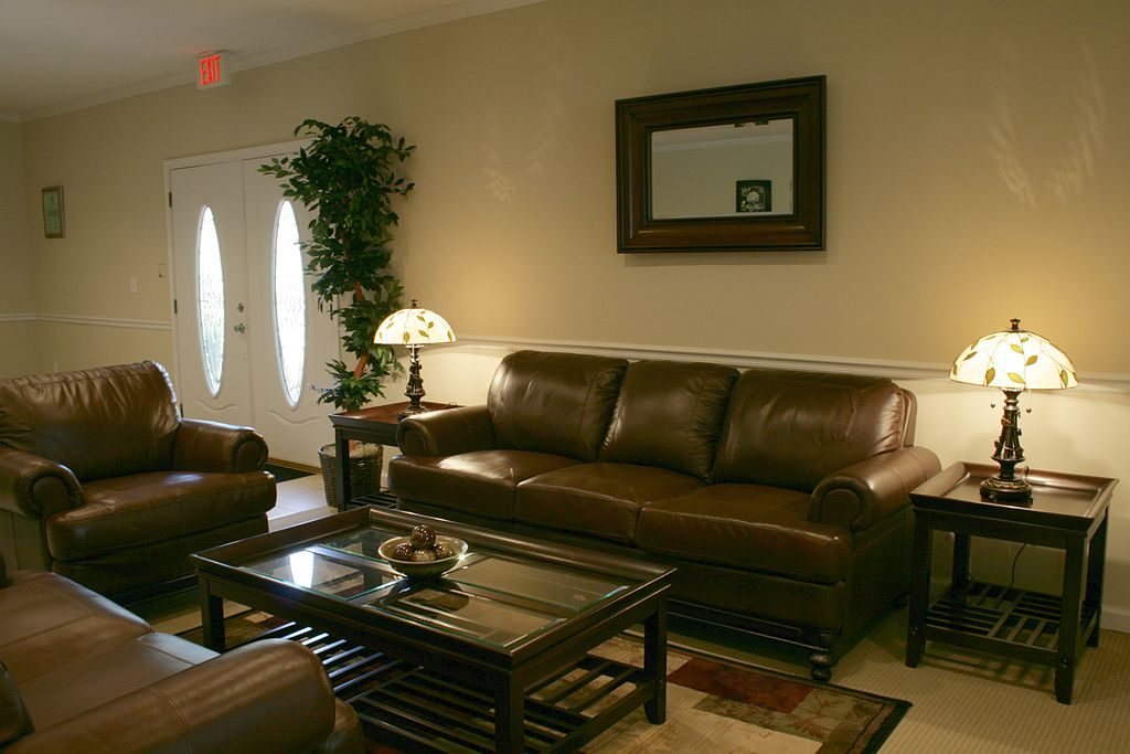 1024px-2009-05-16_Main_office_lobby_at_Hampton_Forest_Apartments